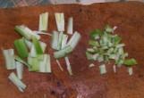 Tavaszi zöldségleves - A zelleren hagyott szár-csonkokat vágd apróra!