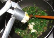 Tavaszi zöldségleves - A fokhagymát nyomd a petrezselymes zsírba!