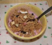 Joghurtos gabonapehely 2. - Szórj müzlifélét az epres joghurtba!