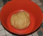 Túrós szelet - Tedd át egy kisebb tálba a tészta-gömböt!