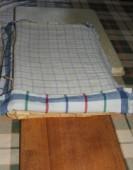 Túrós szelet - A tésztalapokat konyharuhástul húzd át egy ideiglenes falapra vagy tálca hátuljára!