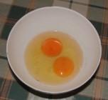Paprikás krumpli - Egy kis tálba üsd fel a 2 tojást!