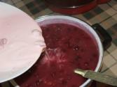 Meggyleves - Borítsd a rózsaszín tejfölt a leveshez!