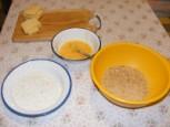 Rántott sajt - Készítsd oda a panírozás kellékeit!
