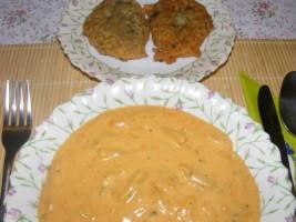 Zöldbabfőzelék - Kész, tányérban; mellette lepcsánka.